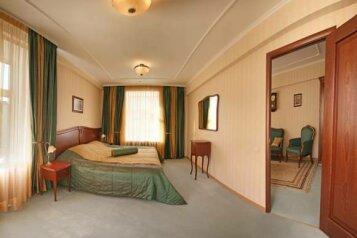 King size Люкс:  Номер, Люкс, 2-местный, 2-комнатный, Отель, улица Куйбышева, 49 на 25 номеров - Фотография 2