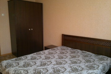 2-комн. квартира, 52 кв.м. на 4 человека, Крылова , 106, Абакан - Фотография 1
