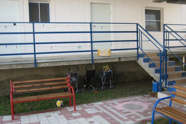 Гостевой дом с автостоянкой, детской площадкой, бассейном для детей и большим двором., улица Майора Витязя, 18 на 11 комнат - Фотография 1
