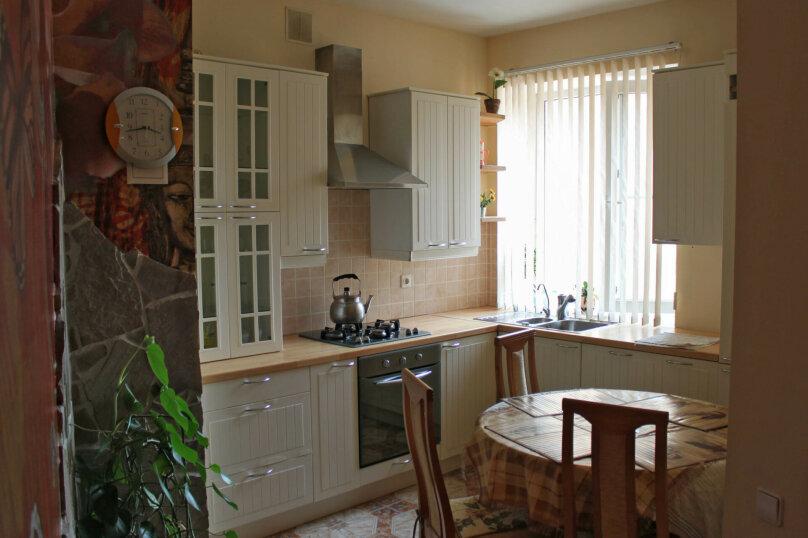 3-комн. квартира, 85 кв.м. на 5 человек, Коммунистическая улица, 16, метро Комсомольская, Волгоград - Фотография 2