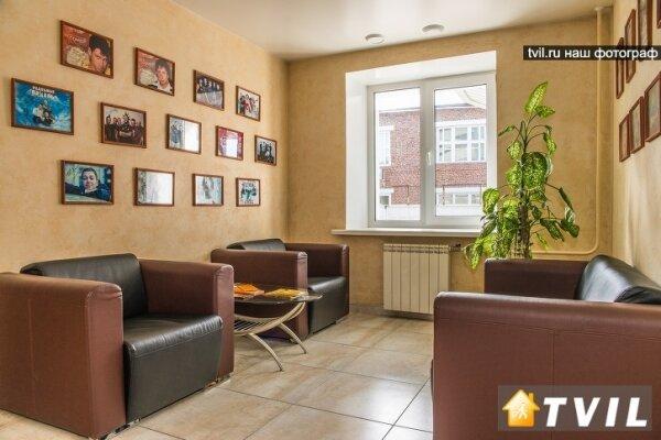 Отель, улица 60 лет Октября, 94 на 46 номеров - Фотография 1