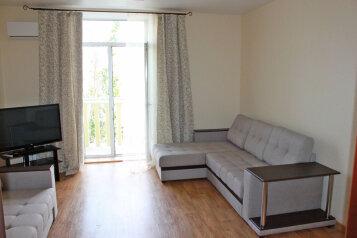 2-комн. квартира, 75 кв.м. на 5 человек, Мира, 18, метро Комсомольская, Волгоград - Фотография 1