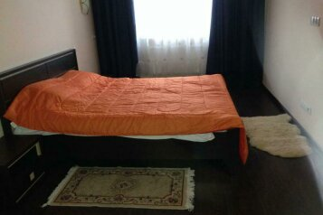 2-комн. квартира на 4 человека, проспект Ермакова, 36, Центральный район, Новокузнецк - Фотография 1