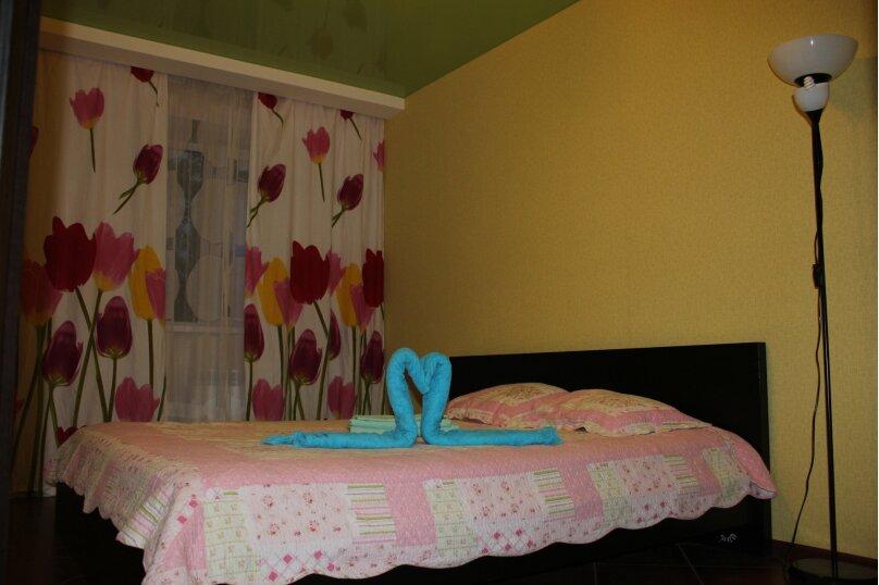 3-комн. квартира, 57 кв.м. на 7 человек, улица Кошурникова, 5, Новосибирск - Фотография 1