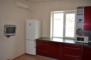 Двухкомнатный люкс с двором,место для автомобиля , 90 кв.м. на 4 человека, 2 спальни, улица Токарева, Евпатория - Фотография 2