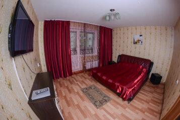2-комн. квартира, 60 кв.м. на 3 человека, улица Алексеева, 7, Советский район, Красноярск - Фотография 1