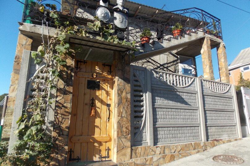 """Гостевой дом """"Изумруд"""", Изумрудная улица, 17 на 7 комнат - Фотография 1"""