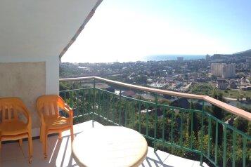 Этаж под ключ для 5-7 человек с балконом (Три спальни и кухня), улица Моряков на 3 номера - Фотография 1