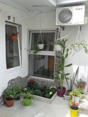 Сдам благоустроенный двухкомнатный дом, 80 кв.м. на 8 человек, 2 спальни, улица Вити Коробкова, 7, Евпатория - Фотография 1