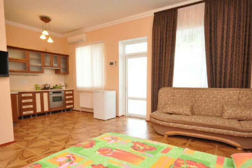 Номер до 4-х человек с индивидуальной кухней, улица Чапаева, 27, Черноморское - Фотография 1