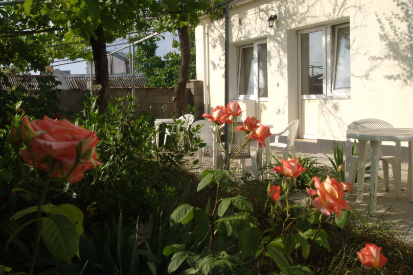 """Гостевой дом """"Ребекка"""" , улица Краснодонцев, 5 на 4 комнаты - Фотография 1"""