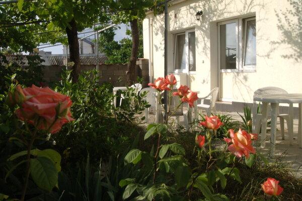 Гостевые номера, улица Краснодонцев, 5 на 4 номера - Фотография 1
