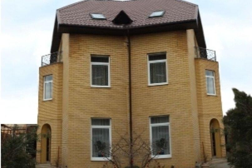 """Гостевой дом """"Вилла Таурус"""", улица Богдана Хмельницкого, 12А на 10 комнат - Фотография 1"""