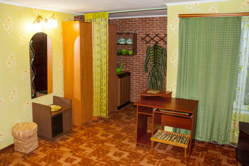 Номер Люкс с отдельным входом, 45 кв.м. на 3 человека, 1 спальня, улица Кирова, 17, Оленевка - Фотография 2