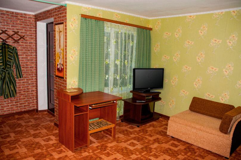 Номер Люкс с отдельным входом, 45 кв.м. на 3 человека, 1 спальня, улица Кирова, 17, Оленевка - Фотография 3