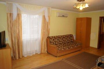 Двухкомнатный номер с балконом, улица Свердлова, 55 на 1 номер - Фотография 1