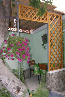 Сдам уютные домики в частном дворе., Русская улица, 61А на 3 номера - Фотография 1