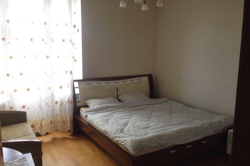 3-комн. квартира, 70 кв.м. на 7 человек, улица Типанова, 18, Санкт-Петербург - Фотография 1