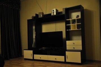 2-комн. квартира, 70 кв.м. на 3 человека, улица Строителей, 100, Ханты-Мансийск - Фотография 1