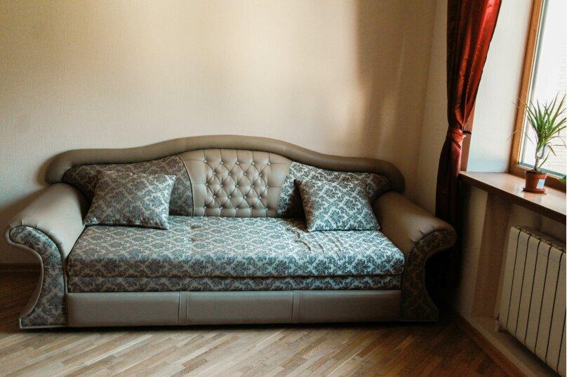 Двухместный номер с двуспальной кроватью и дополнительным двуспальным диваном, проезд Красных Партизан, 17, Краснодар - Фотография 1