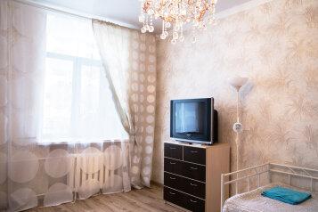 2-комн. квартира, 60 кв.м. на 7 человек, улица 8 Марта, Площадь 1905 года, Екатеринбург - Фотография 2