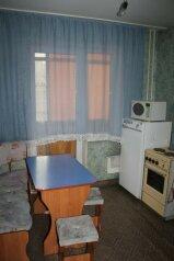 1-комн. квартира, 40 кв.м. на 4 человека, улица Молокова, Советский район, Красноярск - Фотография 1