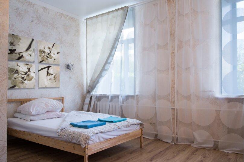 2-комн. квартира, 60 кв.м. на 7 человек, улица 8 Марта, 7, метро Площадь 1905 года, Екатеринбург - Фотография 1