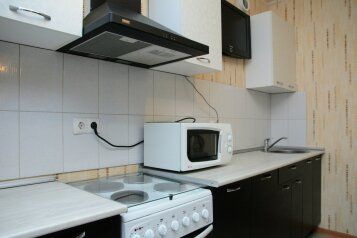2-комн. квартира, 78 кв.м. на 5 человек, улица Братьев Кашириных, Центральный район, Челябинск - Фотография 1