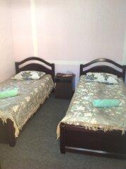 Однокомнатный двухместный номер с двумя раздельными кроватями:  Номер, Стандарт, 2-местный, 1-комнатный, Гостиница, Георгиевская улица на 12 номеров - Фотография 1