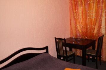"""Однокомнатный двухместный номер """"Стандарт"""" с одной двуспальной кроватью:  Номер, Стандарт, 2-местный, 1-комнатный, Гостиница, Георгиевская улица на 12 номеров - Фотография 3"""