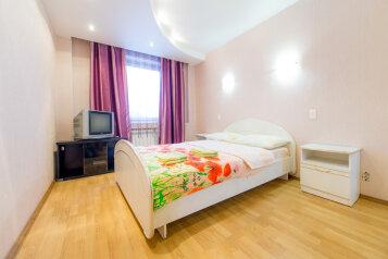 2-комн. квартира, 90 кв.м. на 6 человек, улица Монакова, 33, Центральный район, Челябинск - Фотография 1