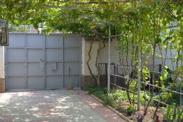 Дом с двором и местом для автомобиля , 65 кв.м. на 4 человека, 2 спальни, Больничная улица, 40, Евпатория - Фотография 2
