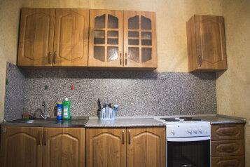 2-комн. квартира, 60 кв.м. на 5 человек, улица 50 лет Октября, 54, Тюмень - Фотография 1