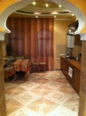 Гостевой дом на З комнаты , 65 кв.м. на 7 человек, 3 спальни, улица 15 Апреля, Алушта - Фотография 1