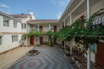 Гостевой дом  в Феодосии, улица Шевченко, 32 на 13 номеров - Фотография 2