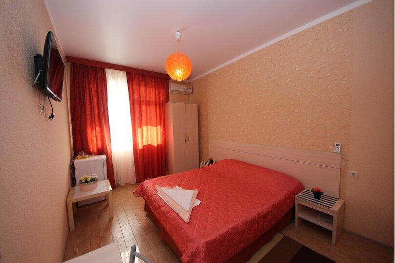Комната 2-х местная с террасой, улица Комарова, 11А, Витязево - Фотография 1