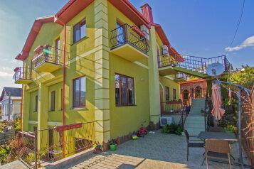 Гостевой дом с открывающейся панорамой на город, горы и море, улица Костычева, 4 на 6 номеров - Фотография 1