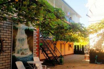 """Гостевого дом """"Полина"""", улица Крылова, 4 на 16 комнат - Фотография 1"""