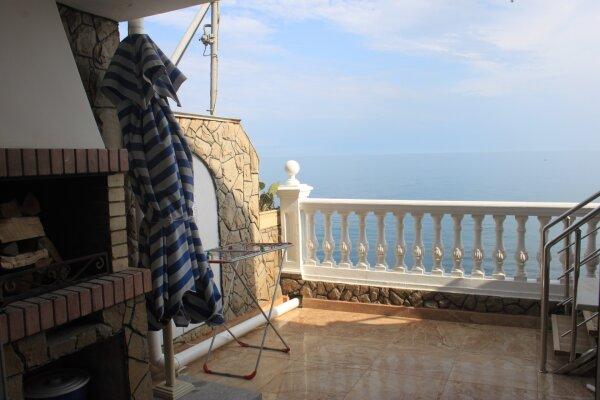 Пятиэтажный эллинг, двухэтажные апартаменты с террасой и видом на море (состоит из двух отдельных частей для двух разных компаний) , 250 кв.м. на 6 человек, 1 спальня, улица Ленина, 35Б, Алупка - Фотография 1