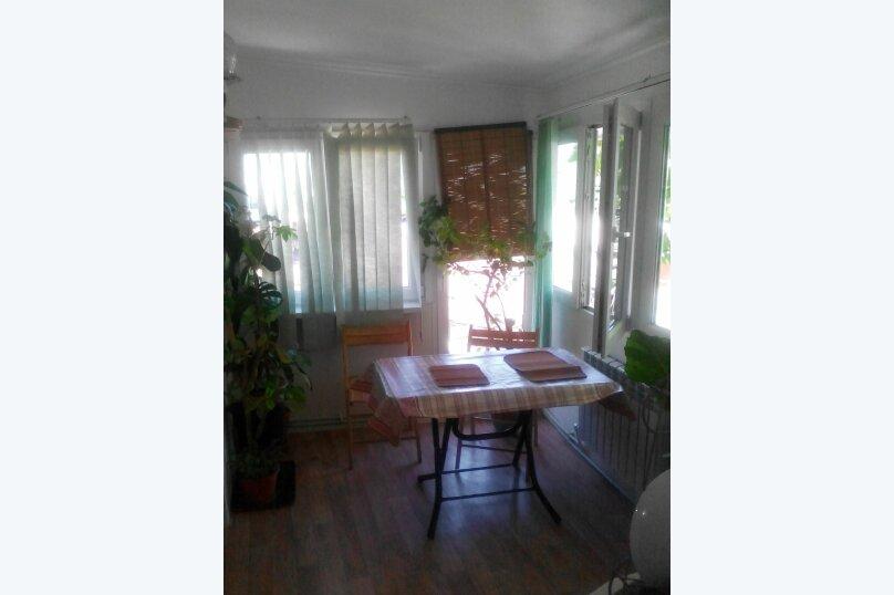 Дом 2 спальни второй этаж отдельный вход, 70 кв.м. на 6 человек, 2 спальни, улица Пуцатова, 10, Алушта - Фотография 2