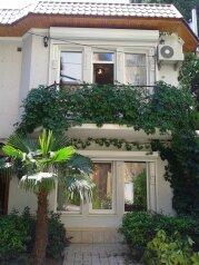 Частный дом в Ялте 3 комнаты в элитной части города, 110 кв.м. на 4 человека, 2 спальни, улица Пальмиро Тольятти, 2, Ялта - Фотография 1