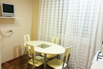 2-комн. квартира, 50 кв.м. на 6 человек, проспект Ленина, 128, Магнитогорск - Фотография 1
