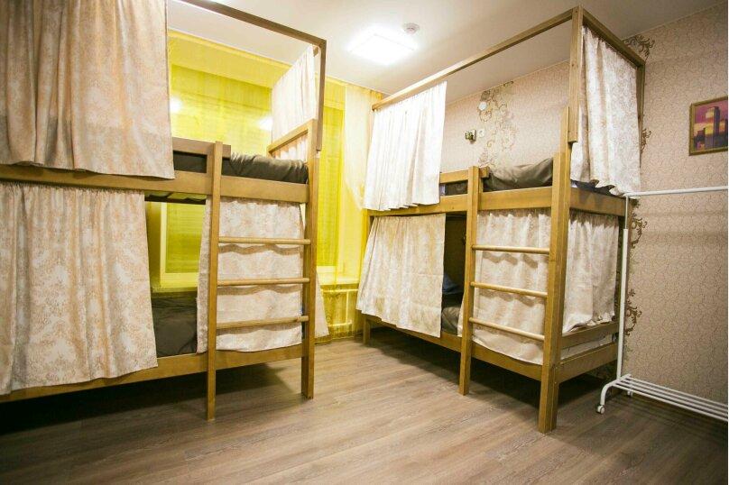 Кровать в восьмиместном мужском номере, улица Дзержинского, 1, Иркутск - Фотография 1