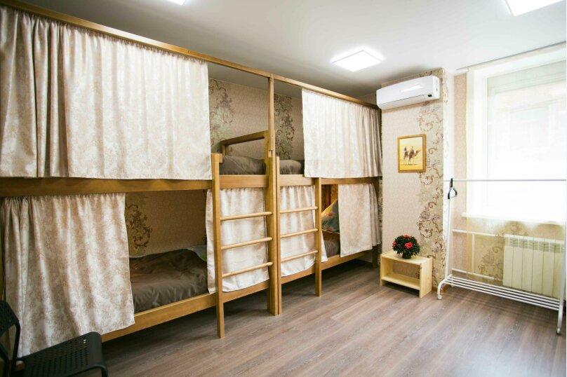 Кровать в восьмиместном женском номере, улица Дзержинского, 1, Иркутск - Фотография 1