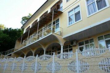 Гостевой дом близ Ливадийского дворца, улица Батурина, 7А на 2 комнаты - Фотография 1