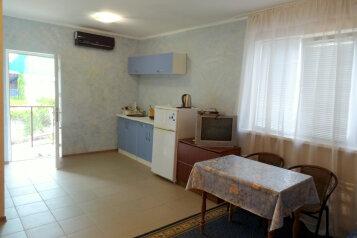 Дом  в Крыму ,два номера.Каждый на 4 чел с санузлом,кондиционером,кухней.4000 руб .до моря 400 метров, Цветочная улица на 2 номера - Фотография 1