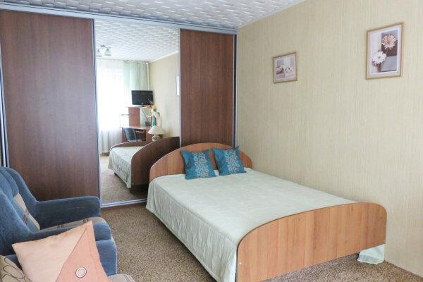 1-комн. квартира, 32 кв.м. на 4 человека, улица Пермякова, 56, Тюмень - Фотография 1