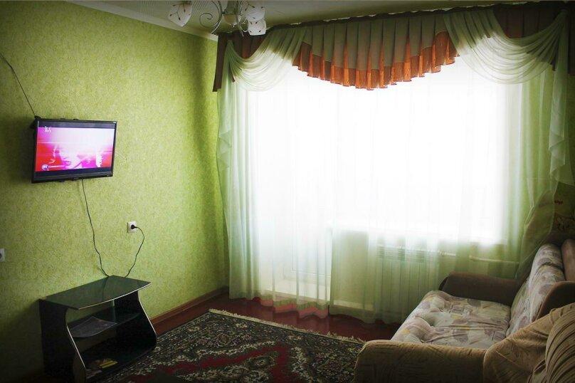 2-комн. квартира, 49 кв.м. на 7 человек, улица Вали Максимовой, 21, Бийск - Фотография 1