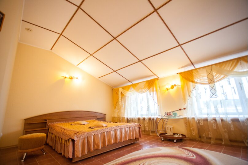 Большой номер с двуспальной кроватью, улица Громовой, 39, Тольятти - Фотография 1
