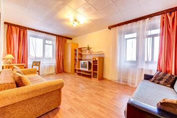 2-комн. квартира, 50 кв.м. на 6 человек, проспект Шаумяна, 52, Санкт-Петербург - Фотография 1
